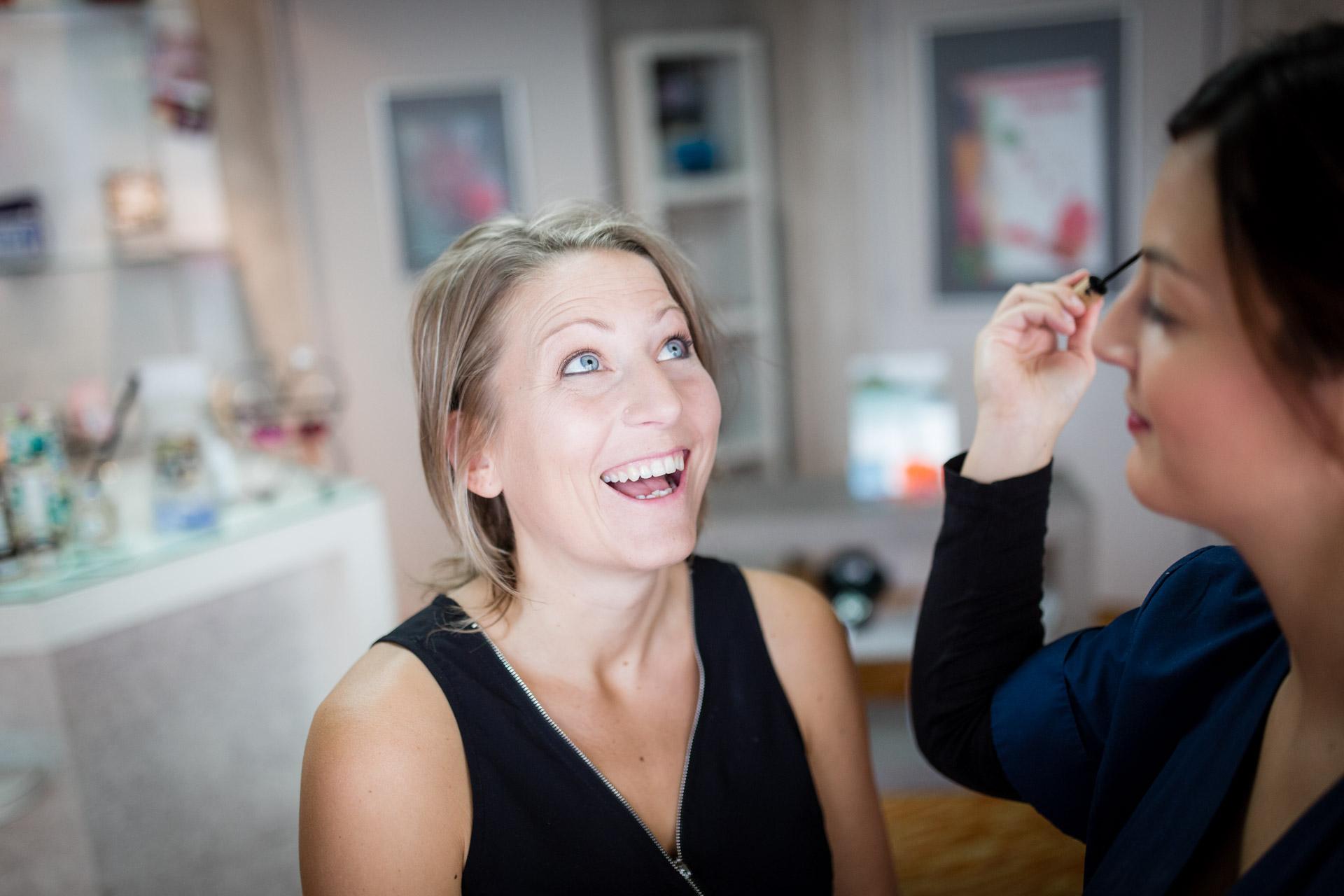 la mariee qui rigle pendant le maquillage