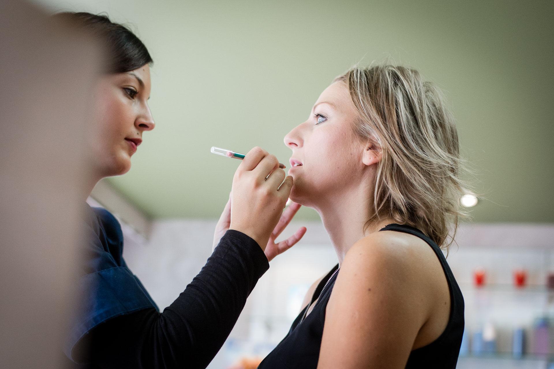 portrait profil de la mariee pendant le makeup
