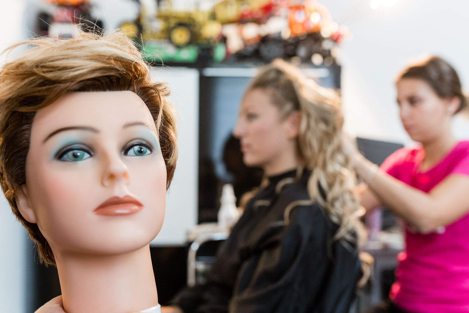 gros plan tete mannequiin pendant que la mariee se fait coiffer