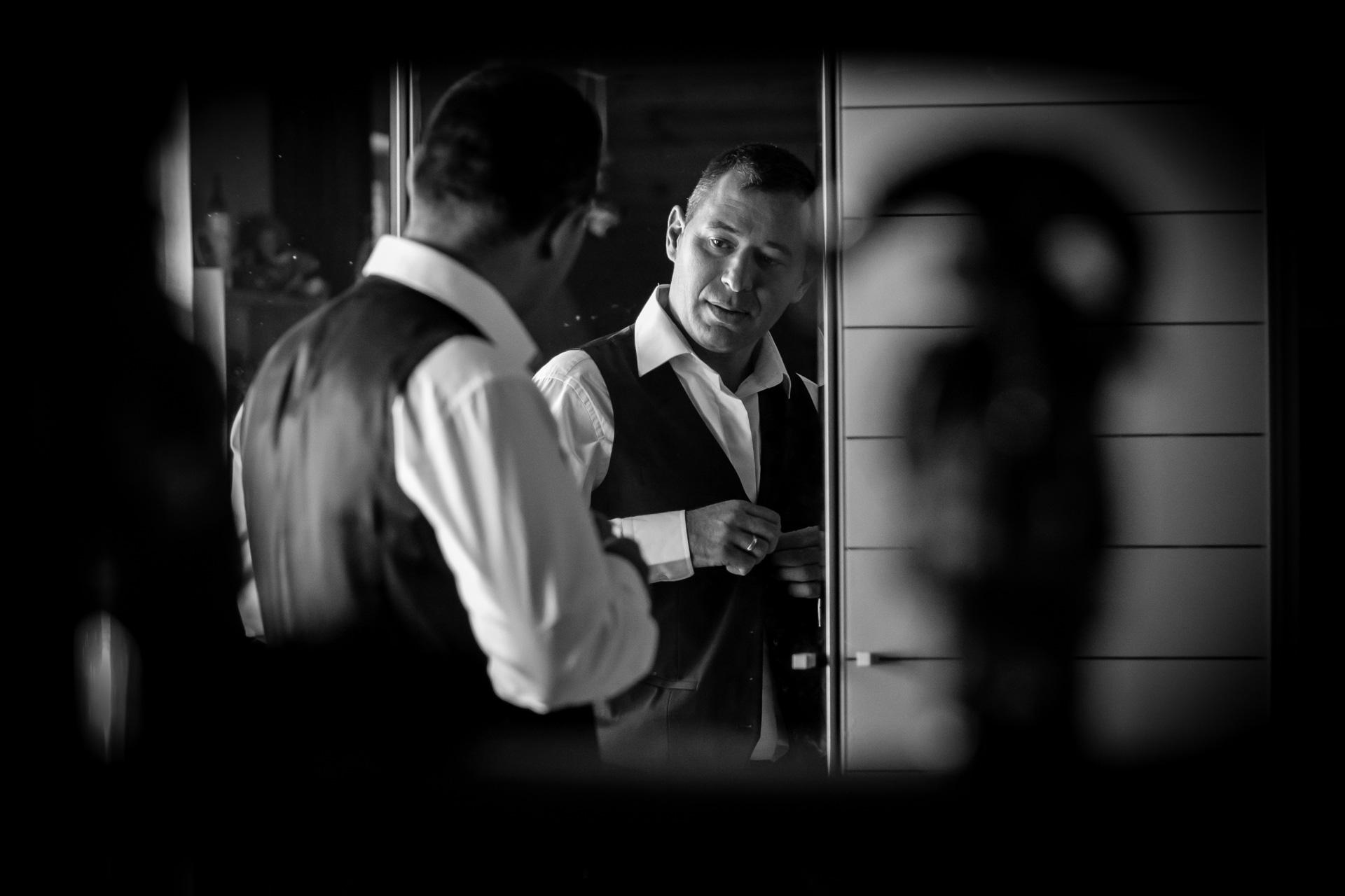 le marie s'habille en noir et blanc avec sourire avec ombre chinoise