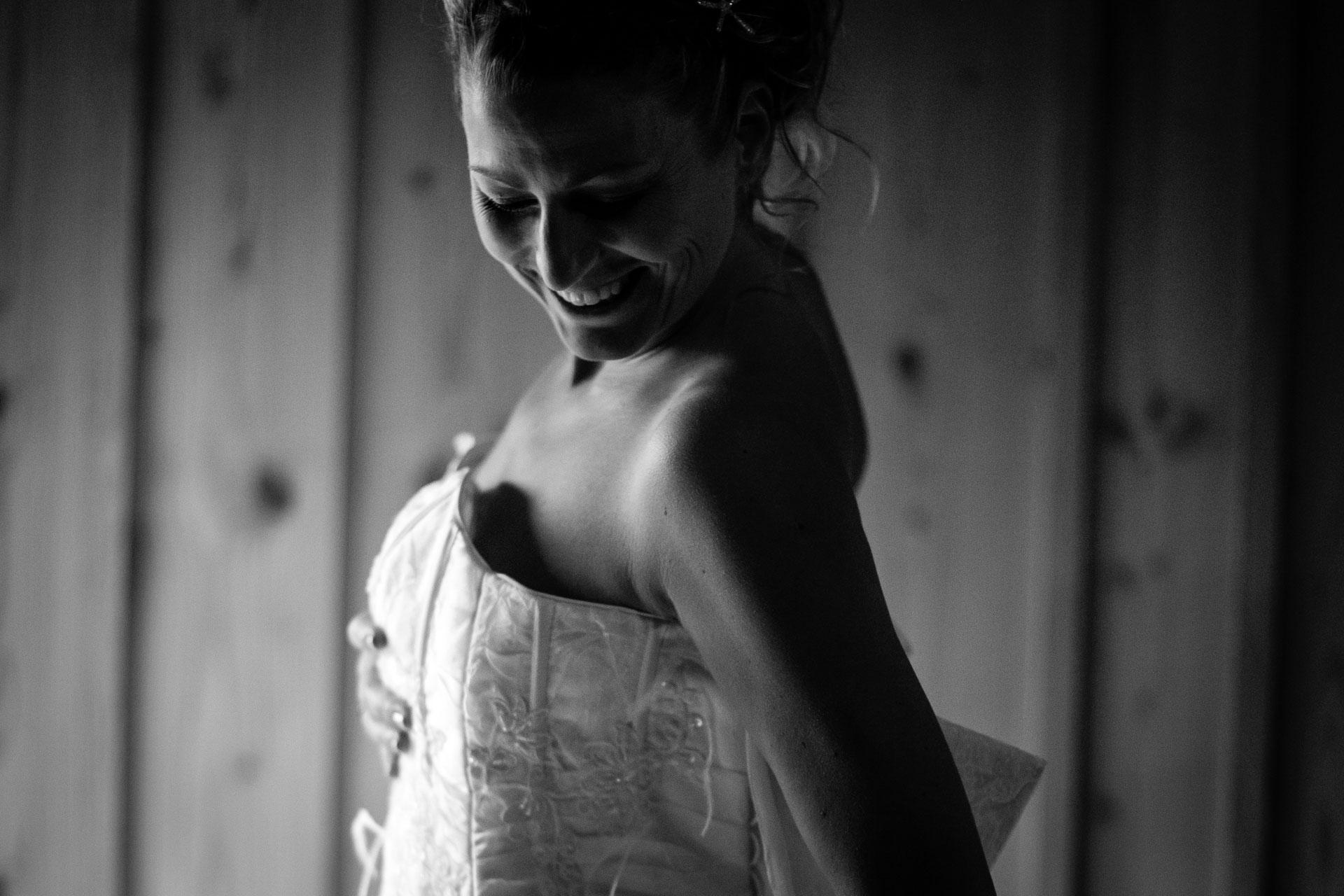 la robe de mariee de profil avec sourire