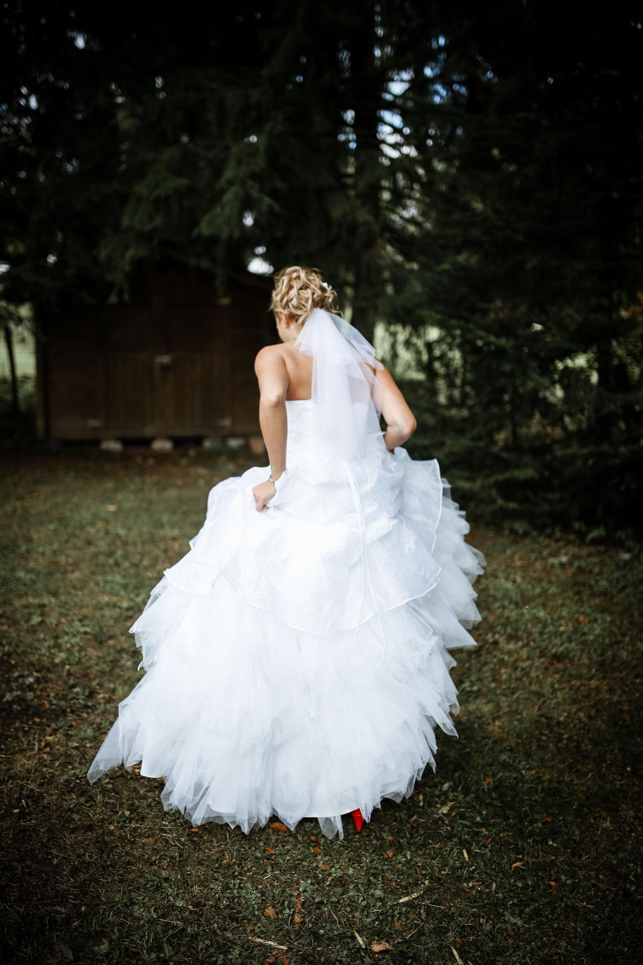 femme mariee qui marche de dos