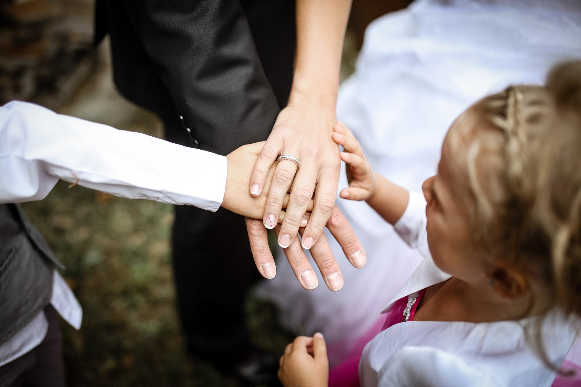 mariage en famille les mains de tous