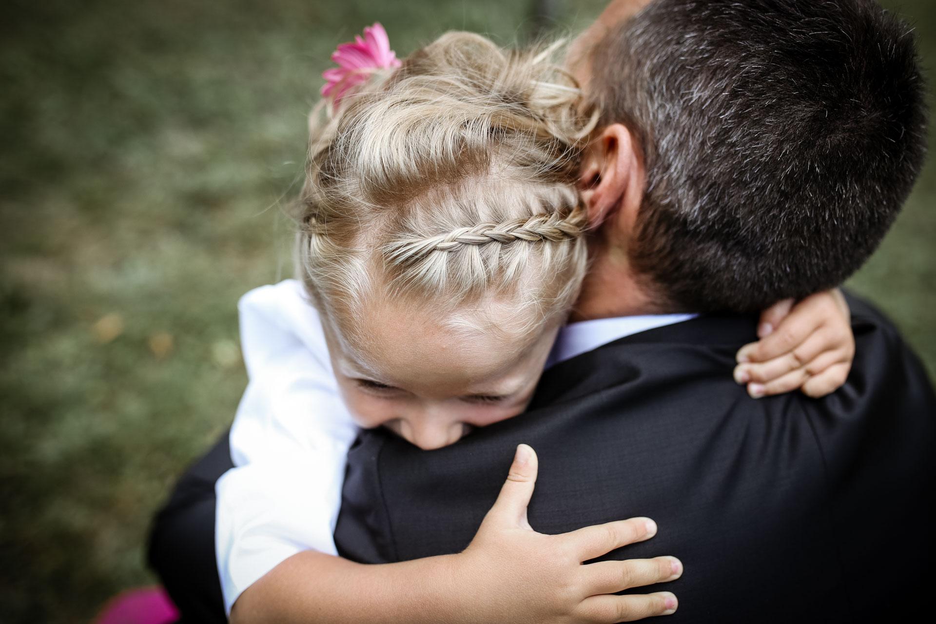 gros calin a papa pendant le mariage en famille