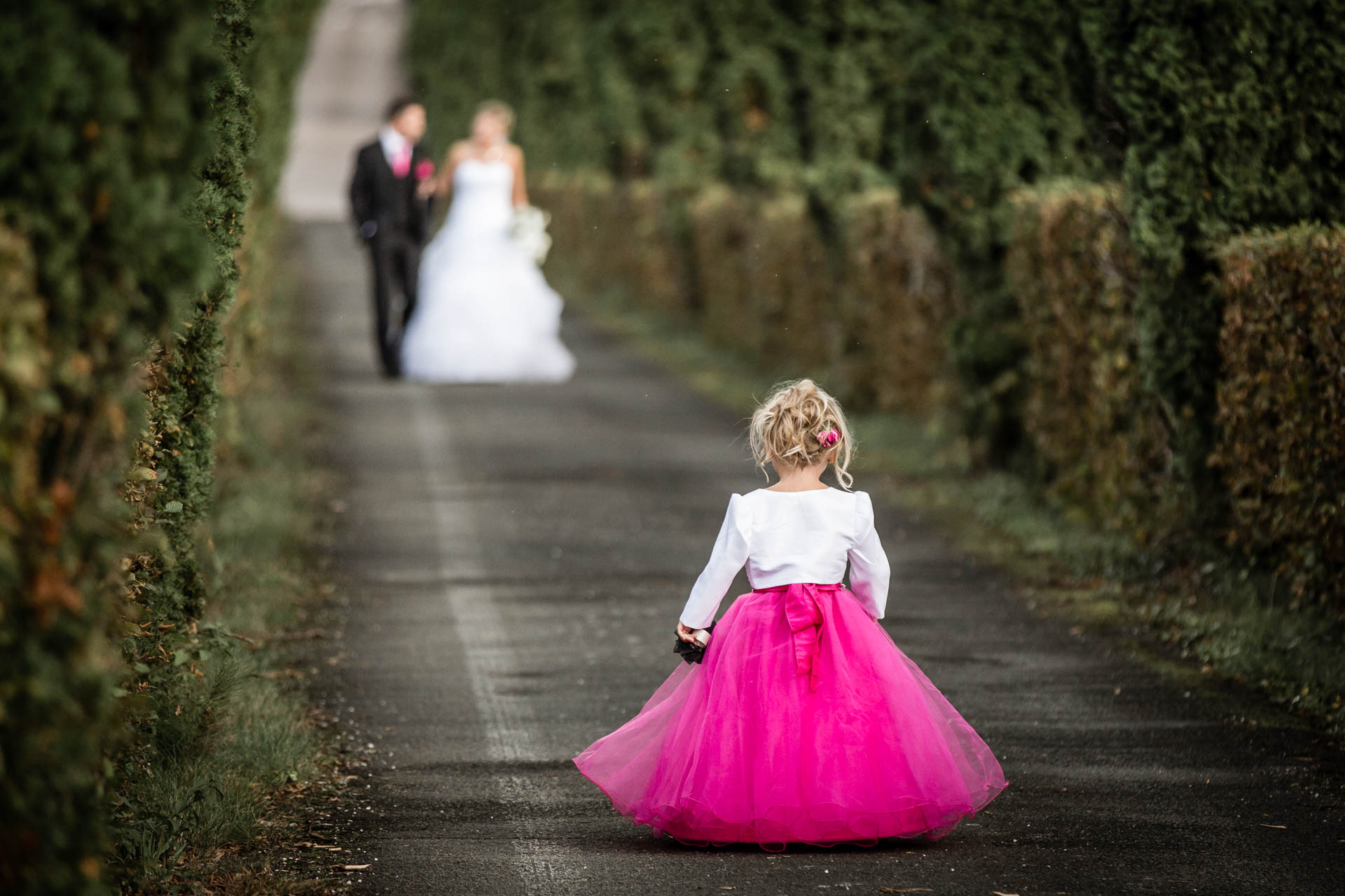 superbe photo de la petite princesse attendant ses parents qui se marient