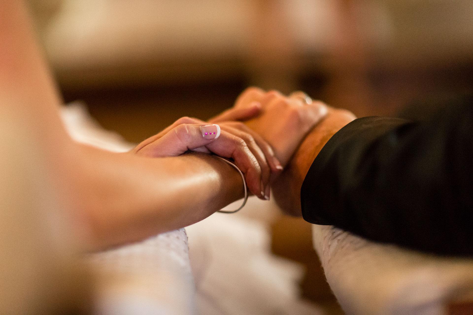 les mains entrelacées des maries a la chapelle