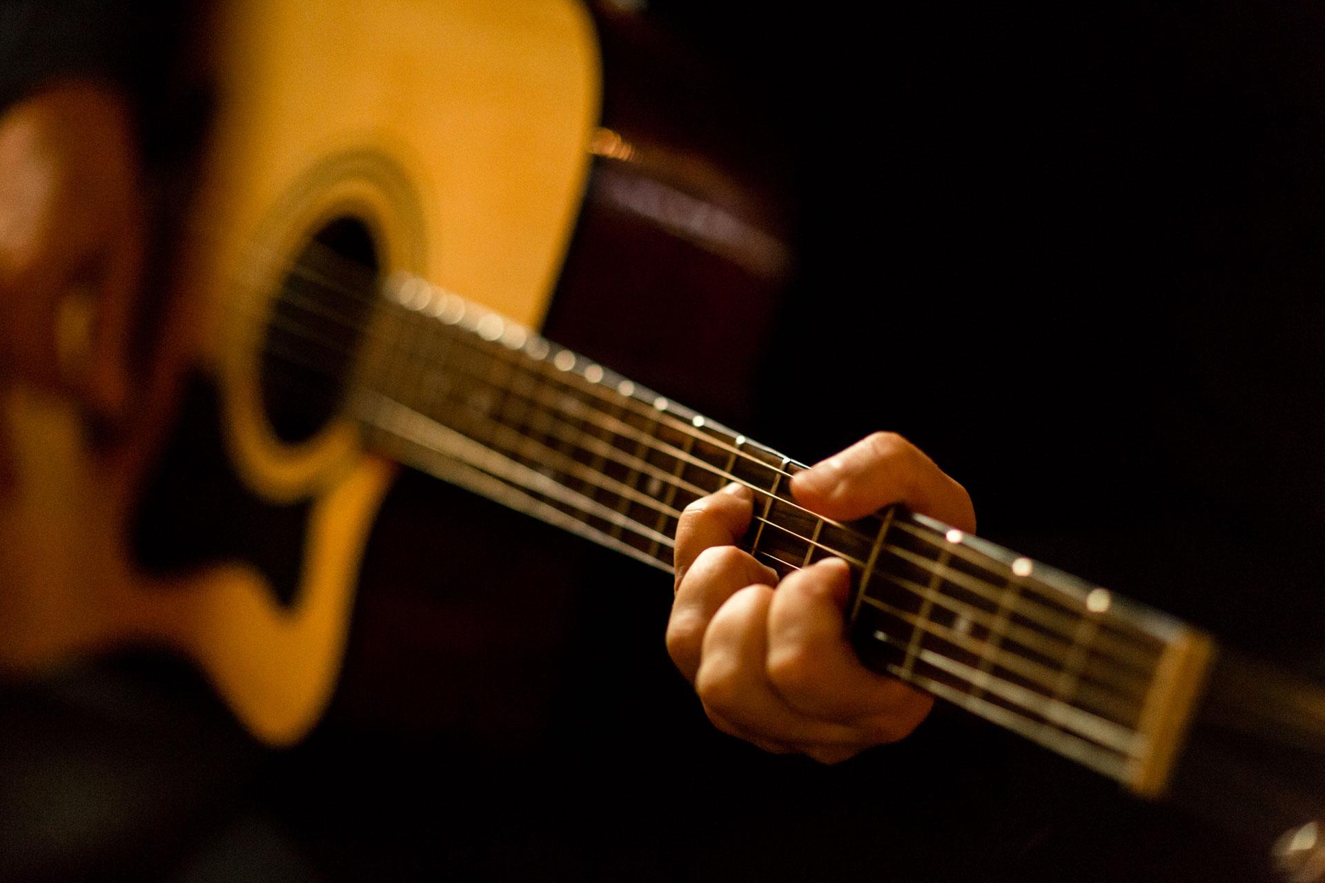 detail de la guitare du musicien