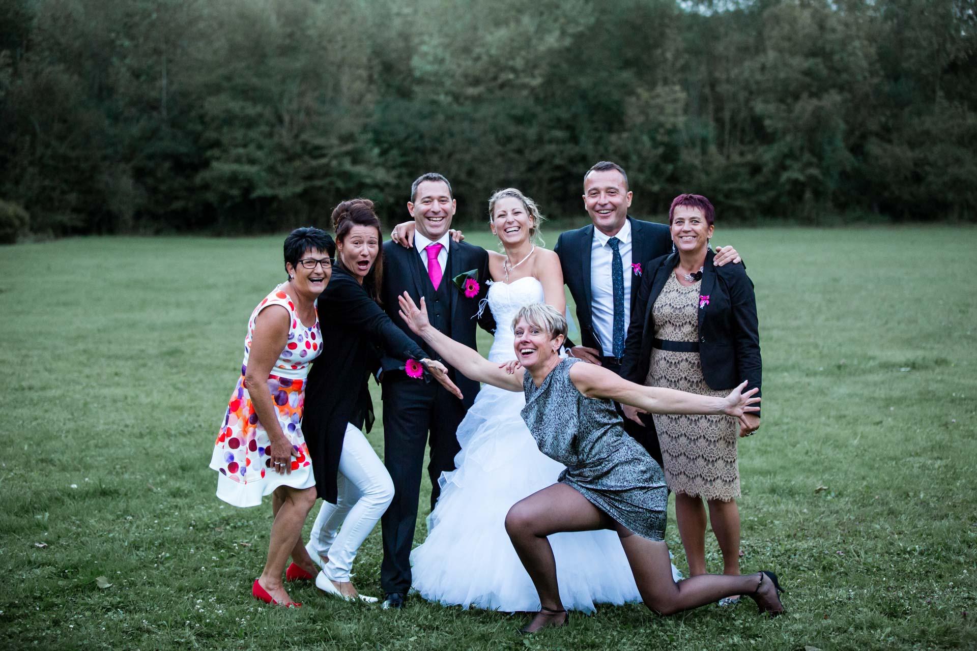 photo de groupe au mariage en famille