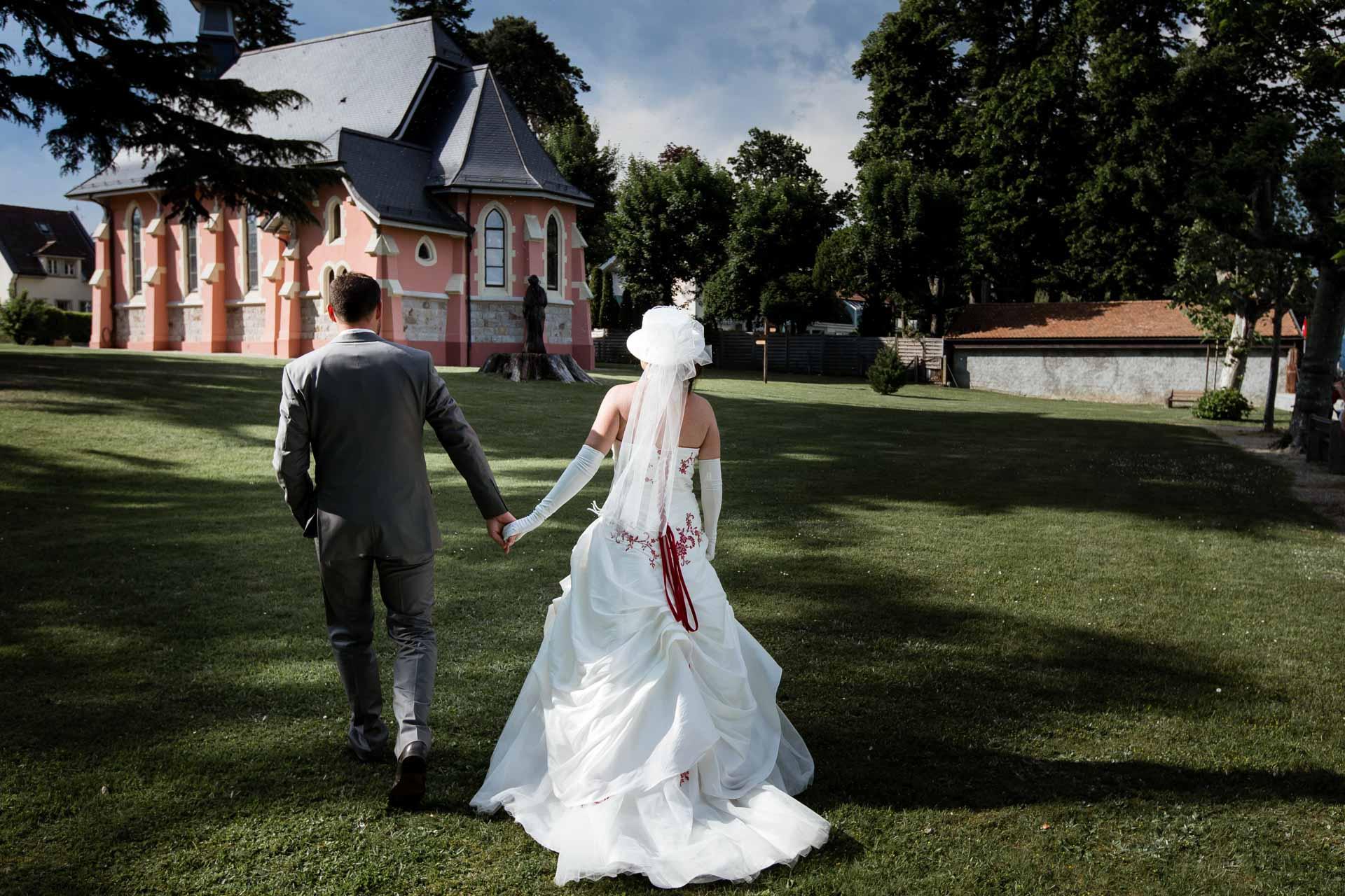Mariage Coppet eglise Saint Robert de dos