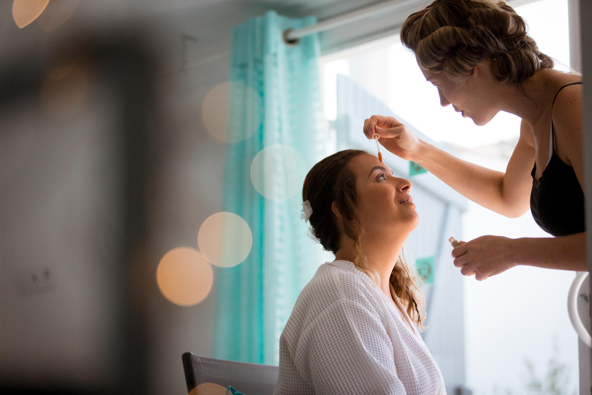 maquillage de la mariee dans la maison