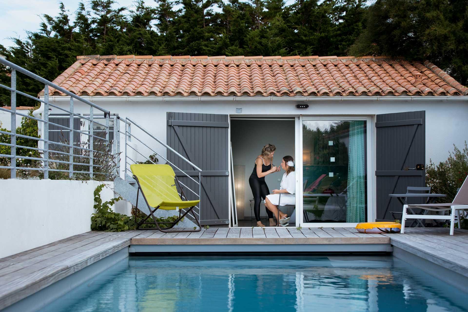 preparatif de la mariee dans maison avec piscine