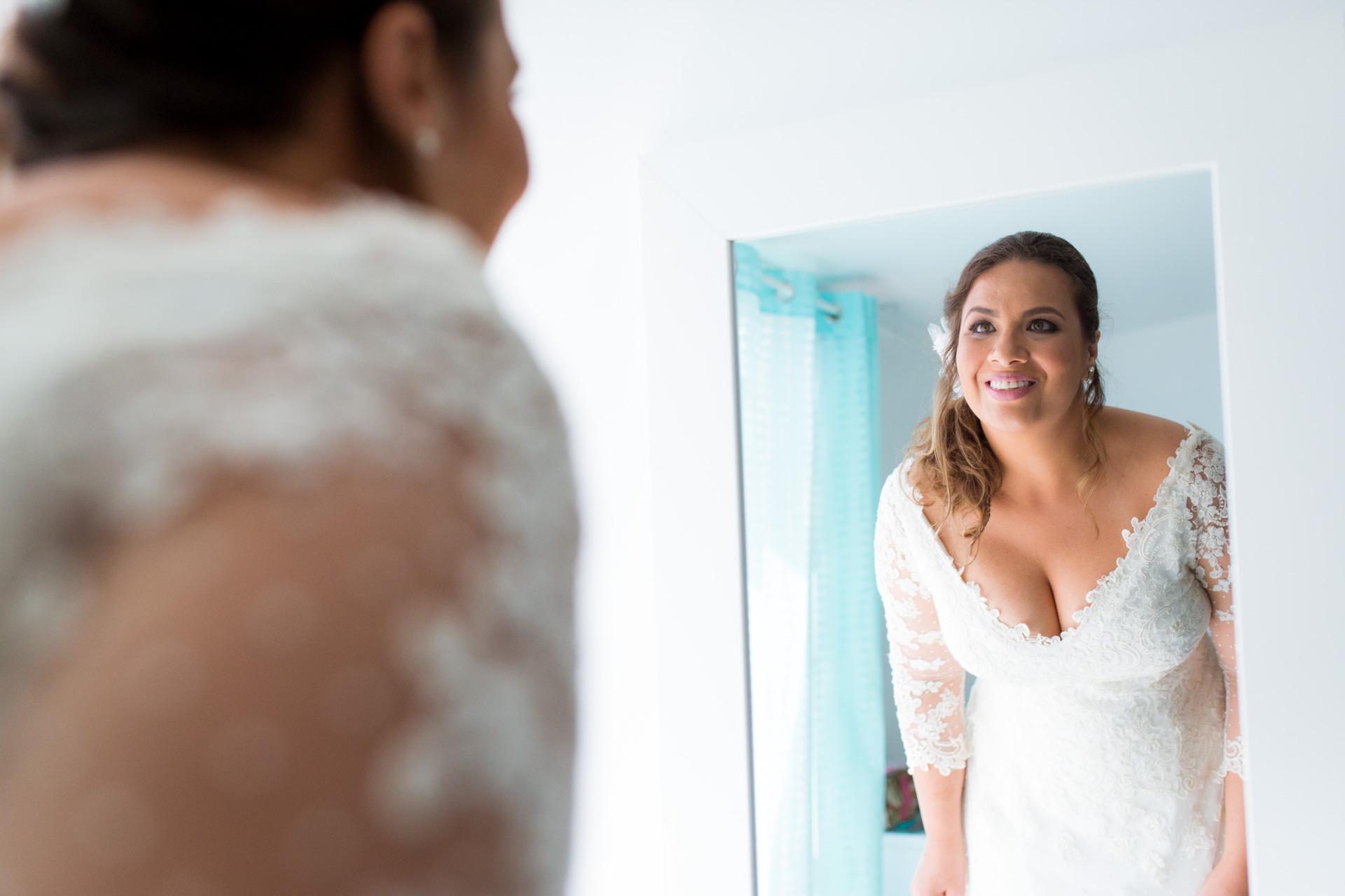la mariee se regarde dans le mirroir