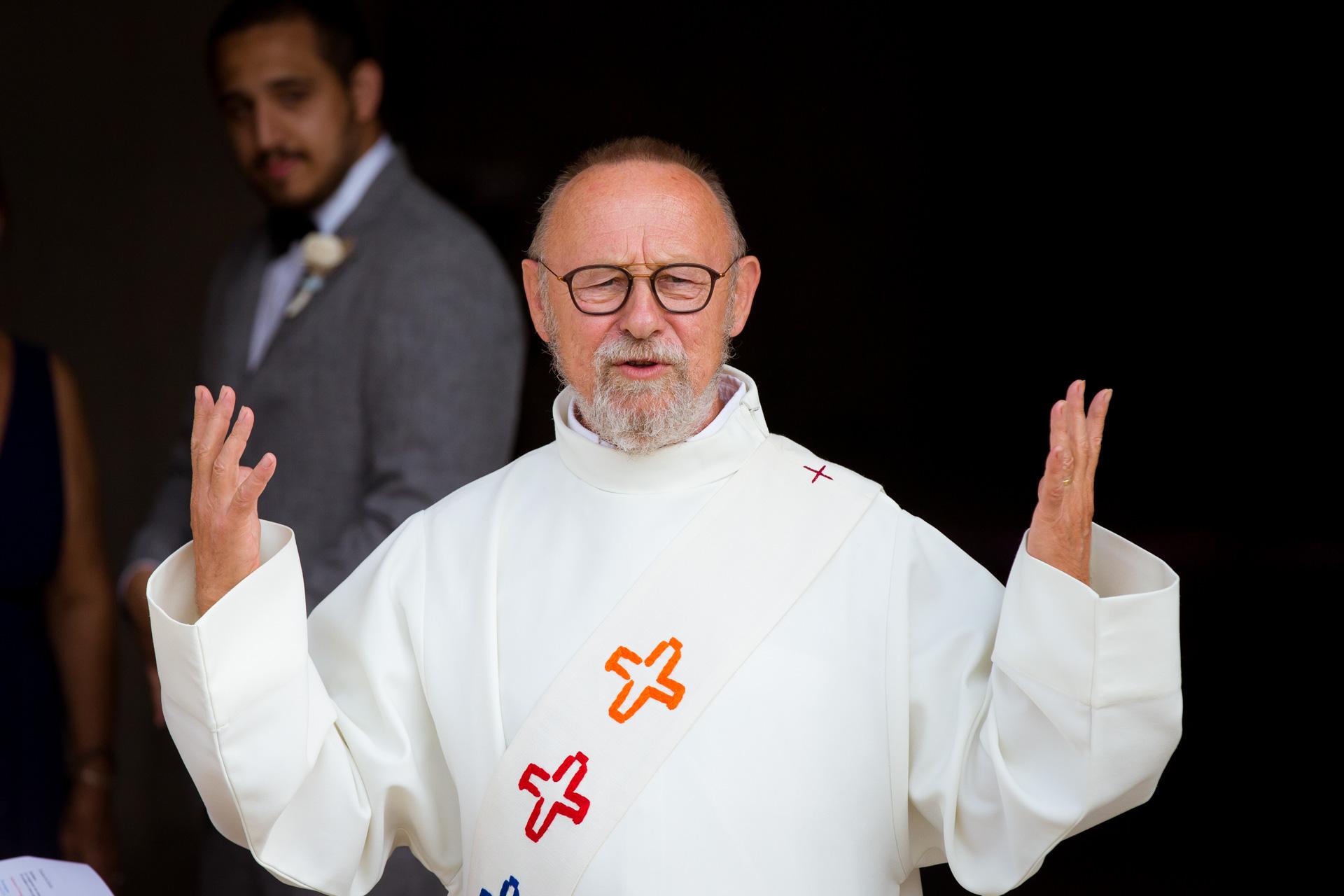 le prete de l'eglise d'Ars en re appelant a entrer