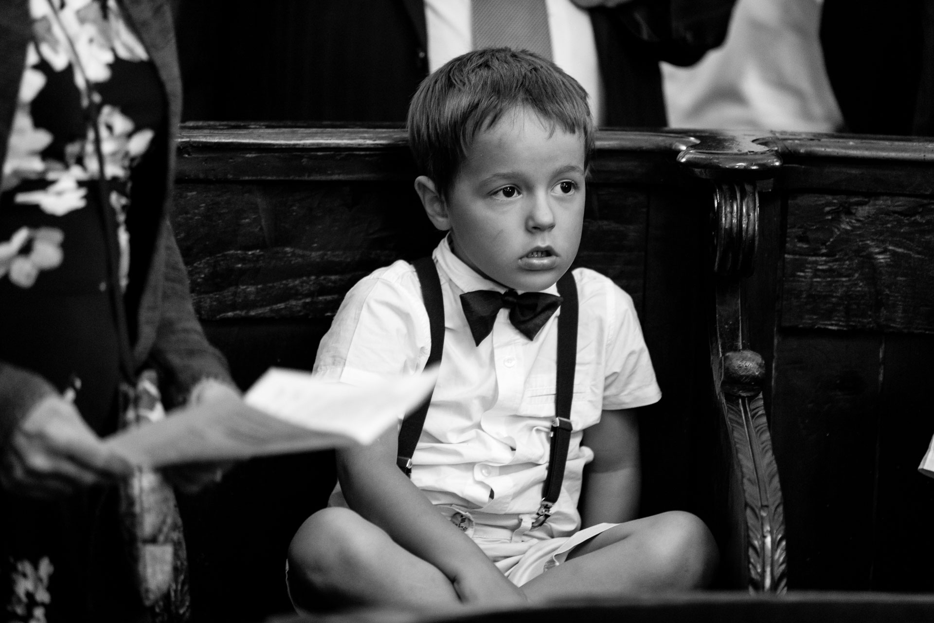 un enfant pemdant la ceremonie
