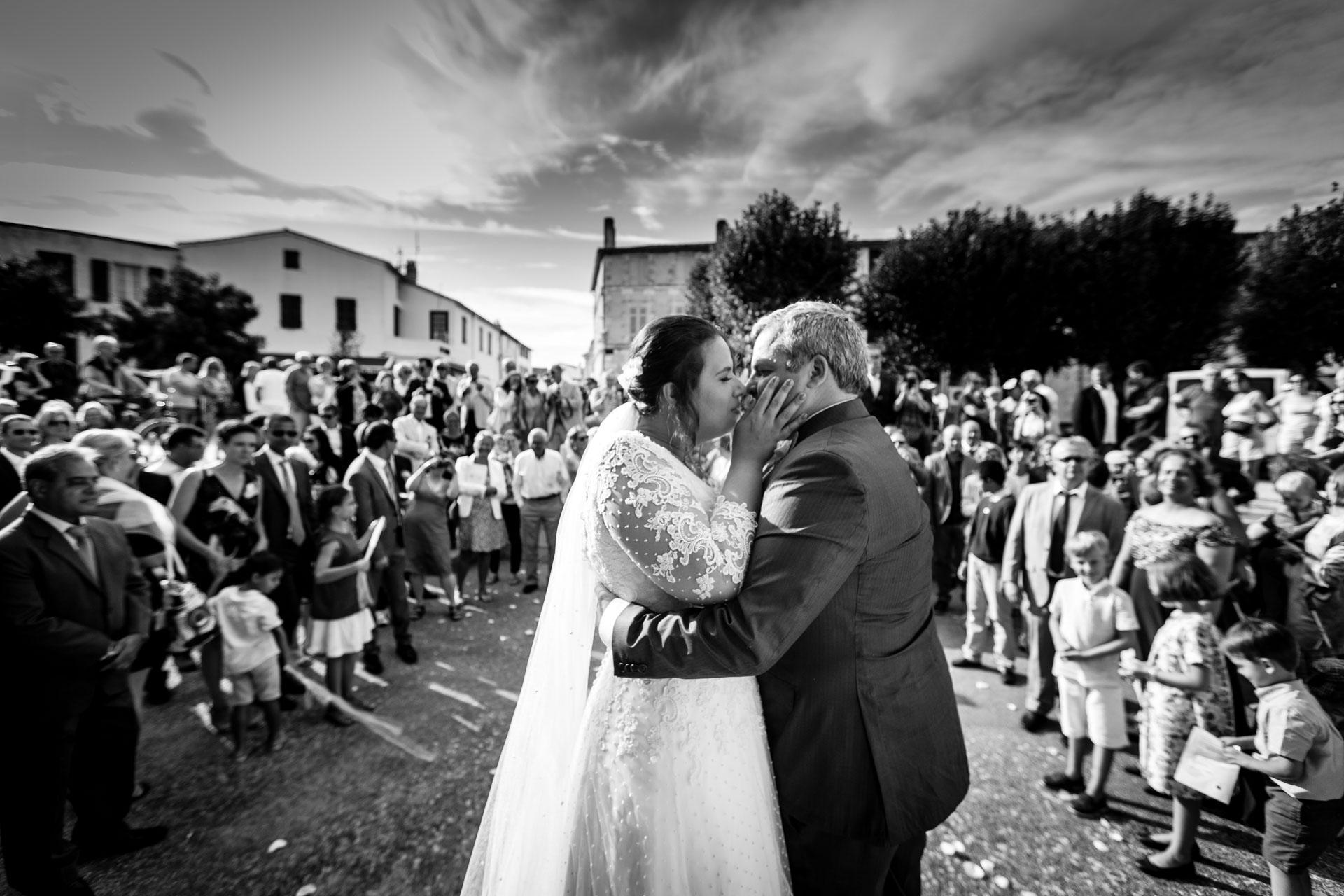 un baiser en sortie d'eglise d'Ars en re