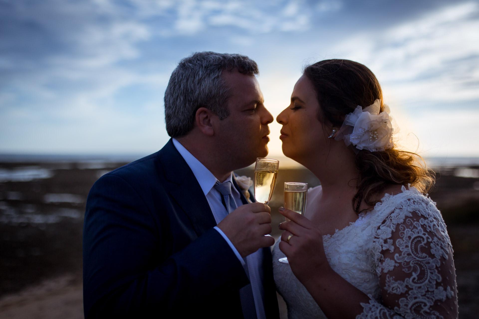 baiser d'amoureux en coucher de soleil a la pointe de Grignon