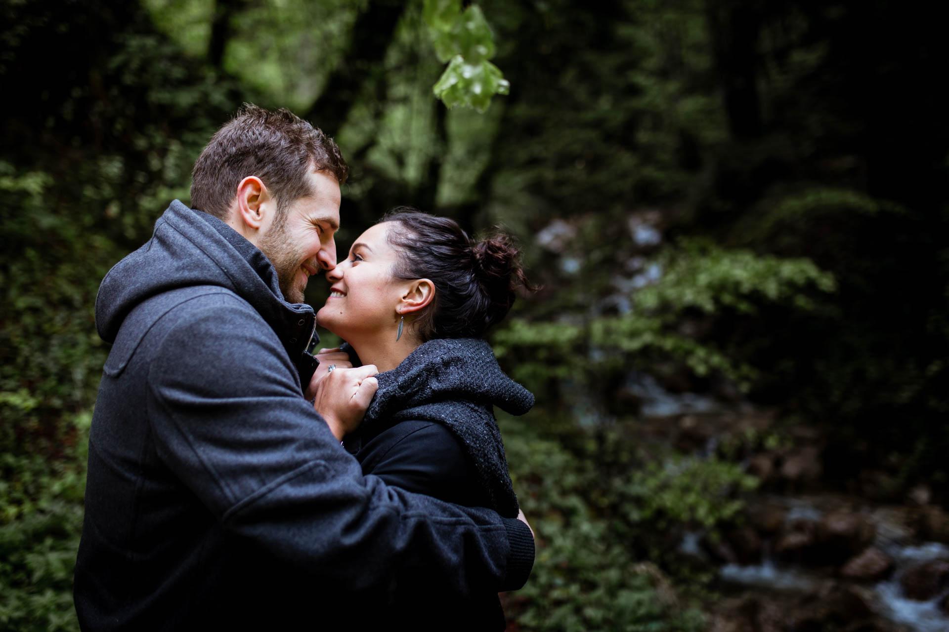 Couple s'embrassant Creux de l'Envers