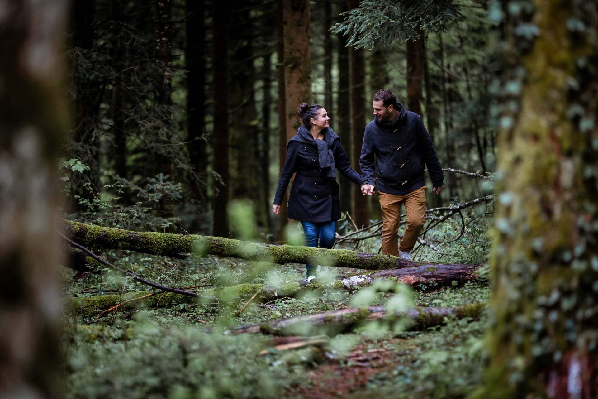 Couple de mariés se promenant dans les bois du Pays de Gex
