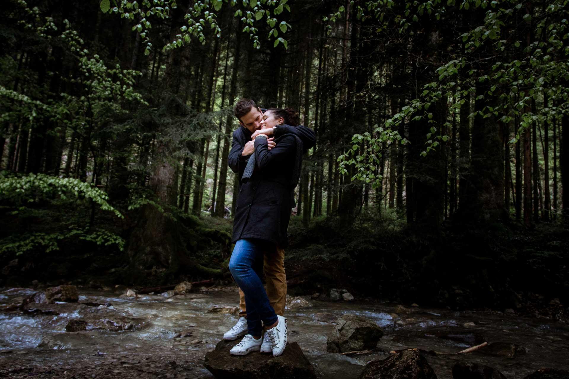 Couple de mariés enlacés et tendre dans les bois du Pays de Gex