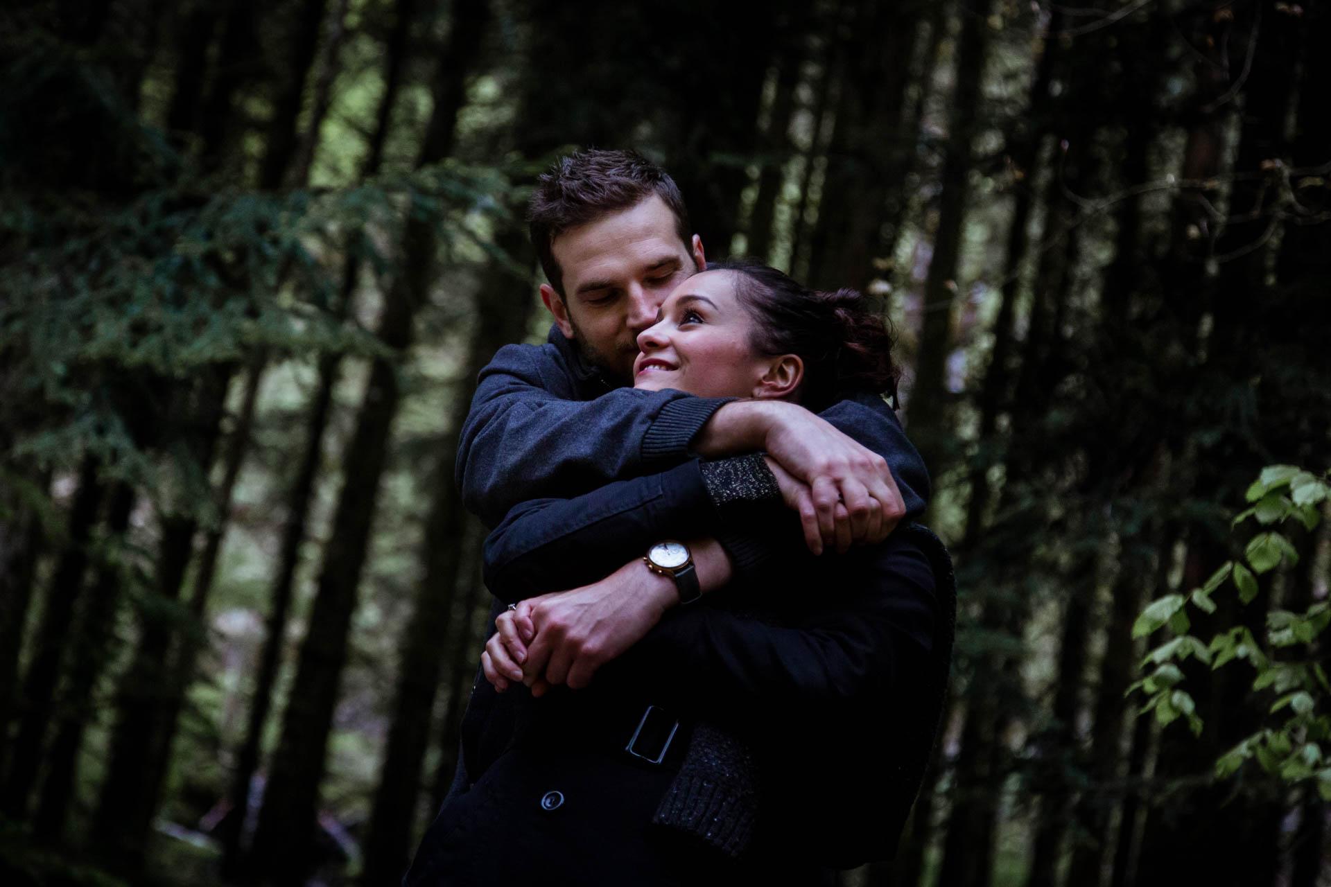 Anmoureux enlacés pendant une seance engagement avant mariage