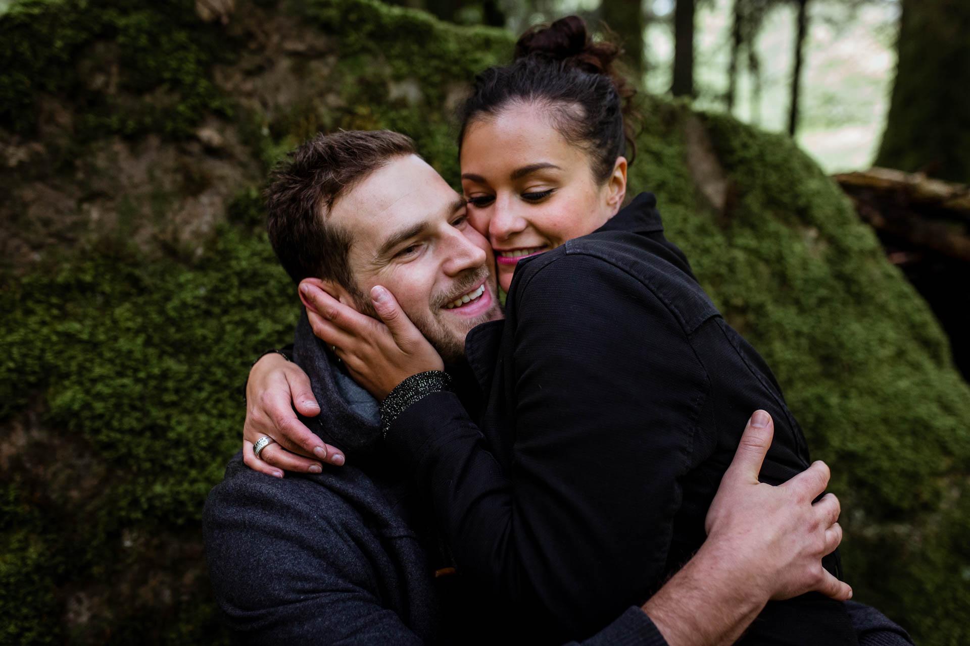 Amoureux rigolant avant mariage et pendant session engagement