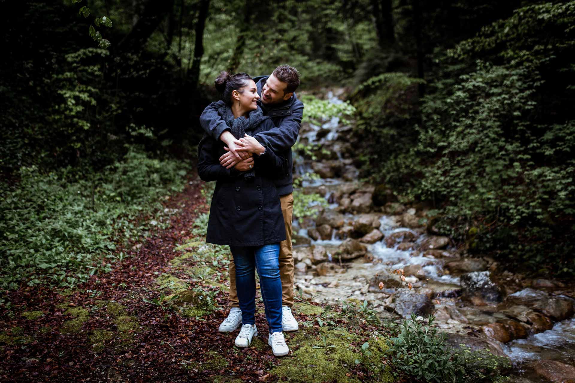 Couple s'embrassant Creux de l'Envers pour une seance engagement