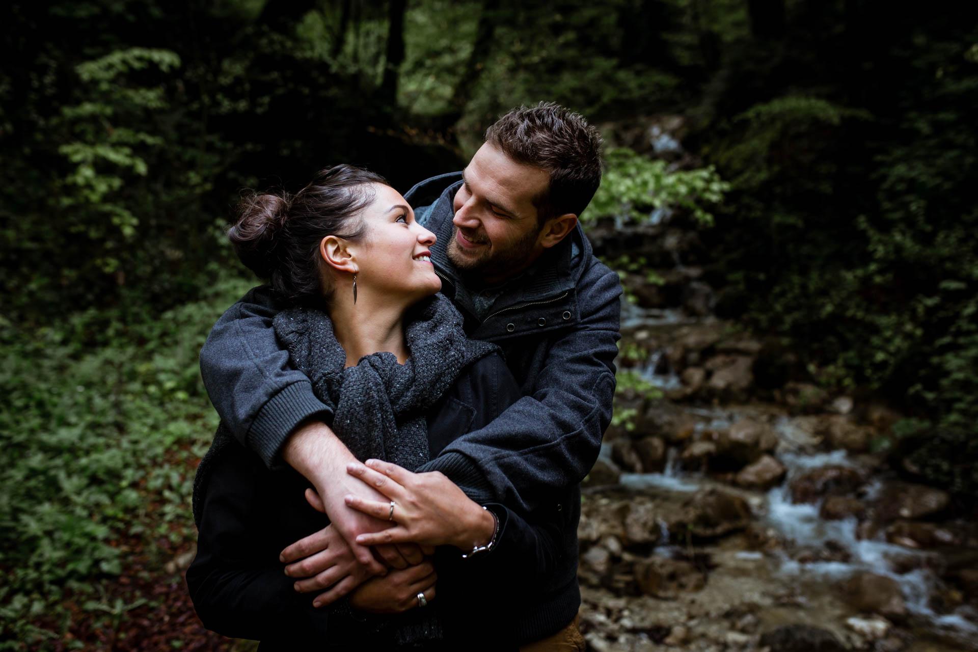 Session engagement Couple s'embrassant Creux de l'Envers