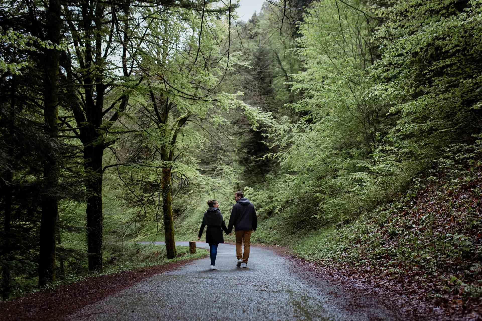 Couple d'amoureux qu marche au Creux de l'envers