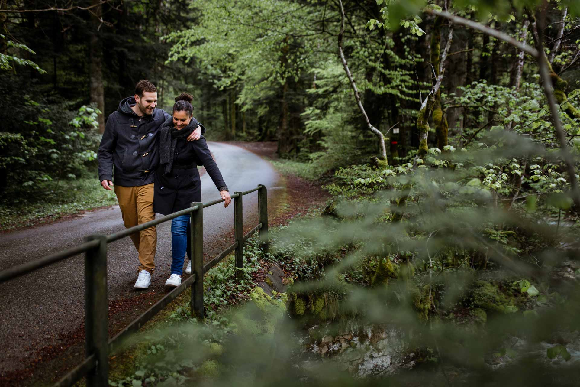 couple d'amoureux marchant sur sentier photographe de mariage