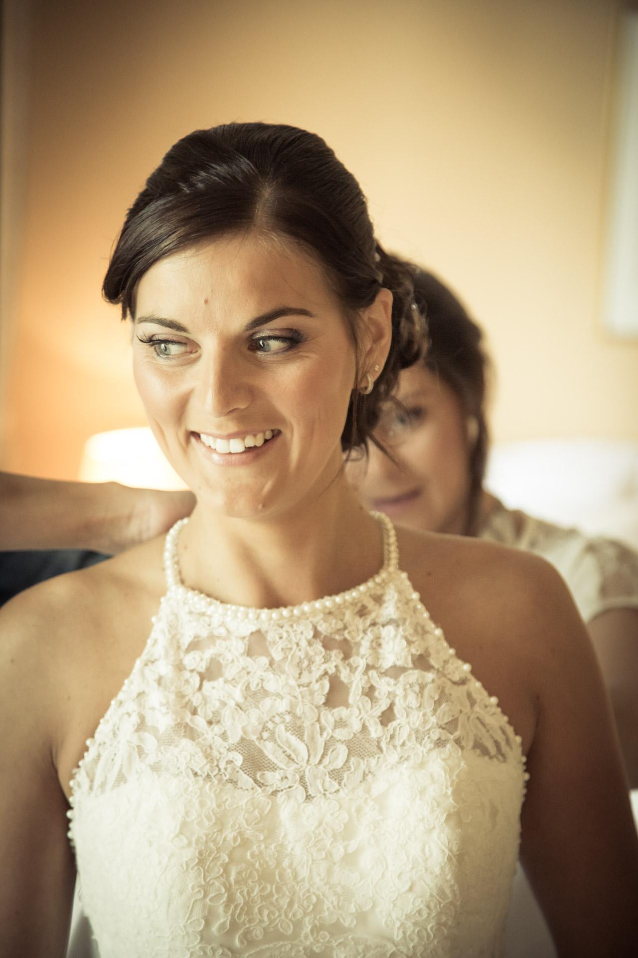 Mariage de Mallorye et Nicolas. Habillage et sourire Chambre Grand Hotel de Divonne