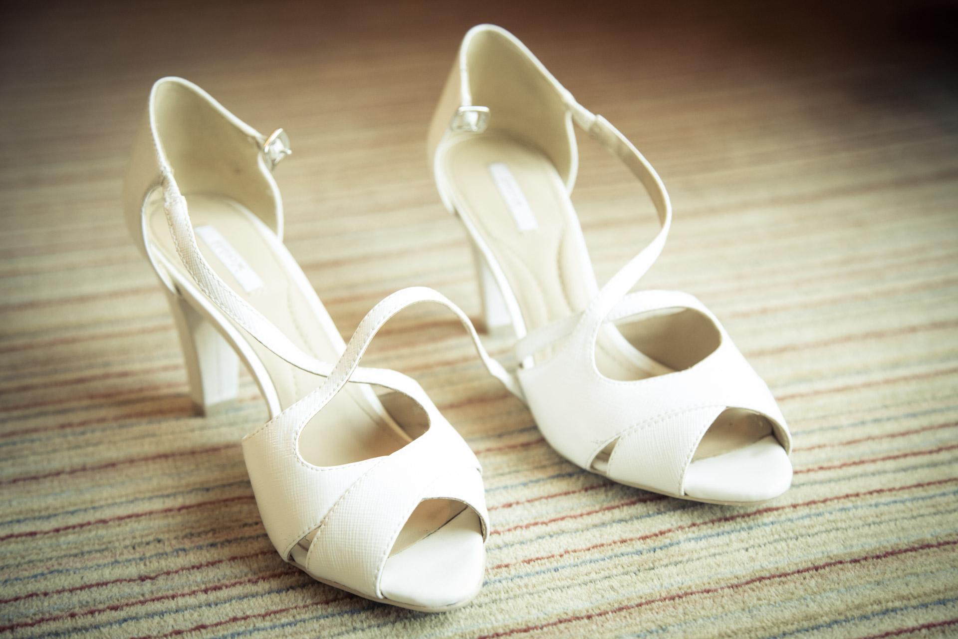 Mariage de Mallorye et Nicolas. Habillage et detail chaussure Chambre Grand Hotel de Divonne