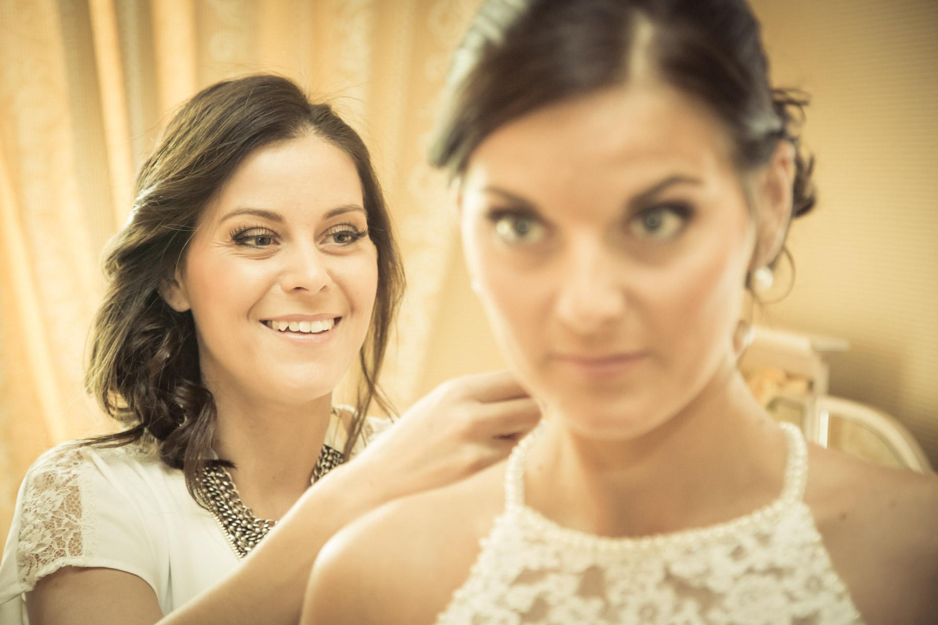 Mariage de Mallorye et Nicolas. Habillage avec soeur et sourire Chambre Grand Hotel de Divonne
