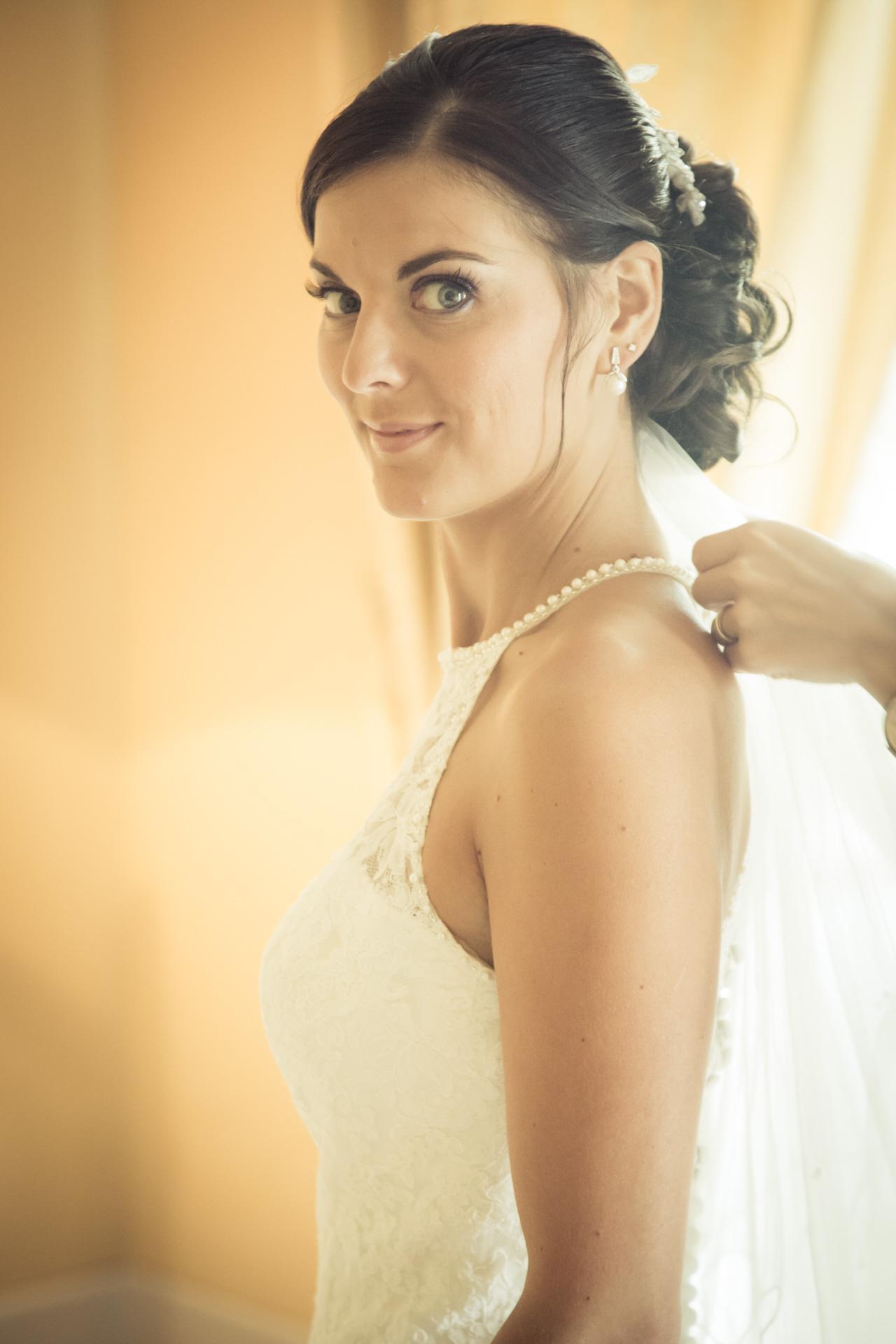 Mariage de Mallorye et Nicolas. Habillage, la mariee regardeChambre Grand Hotel de Divonne