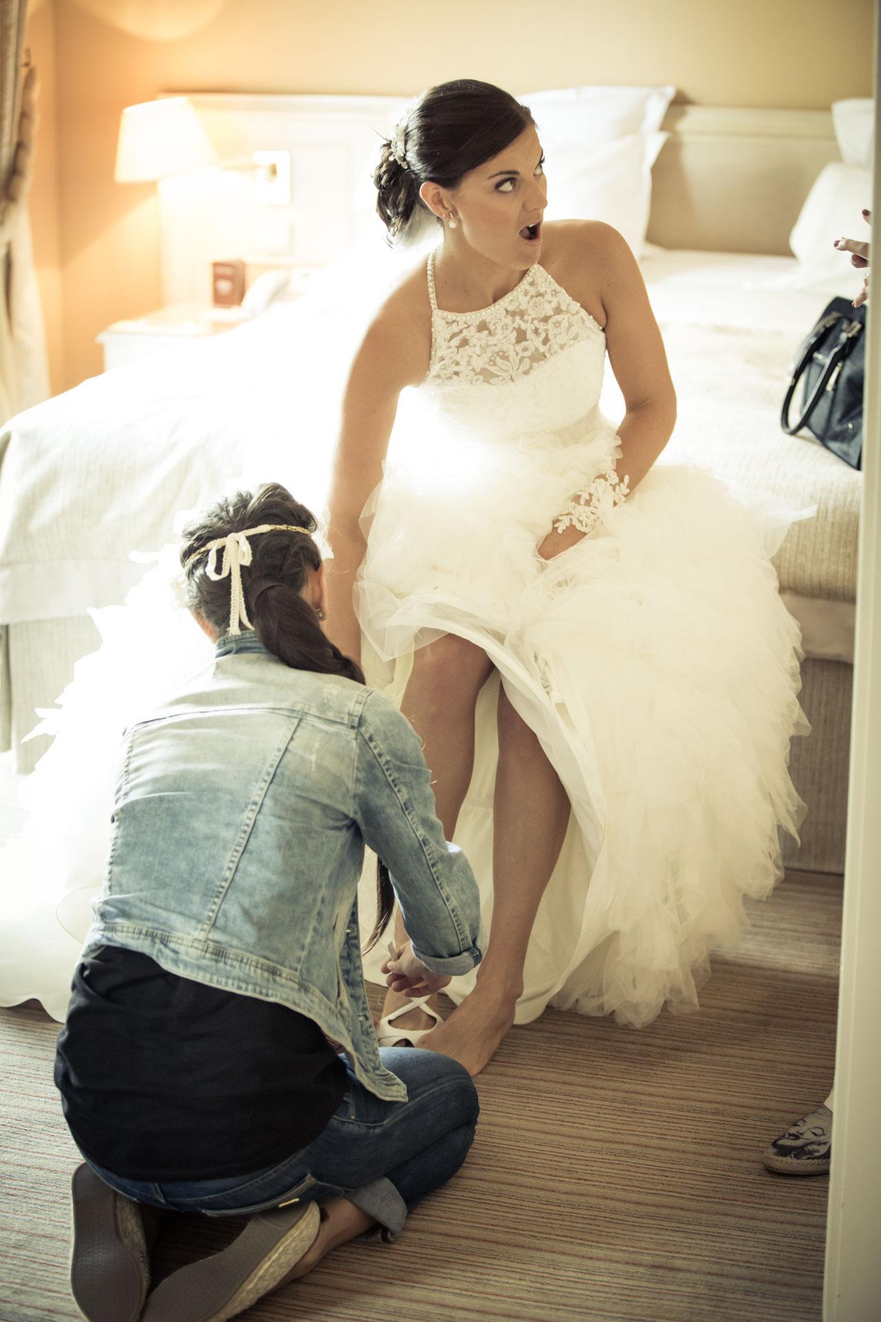 Mariage de Mallorye et Nicolas. Habillage, la marie met ses chaussures dams la Chambre Grand Hotel de Divonne