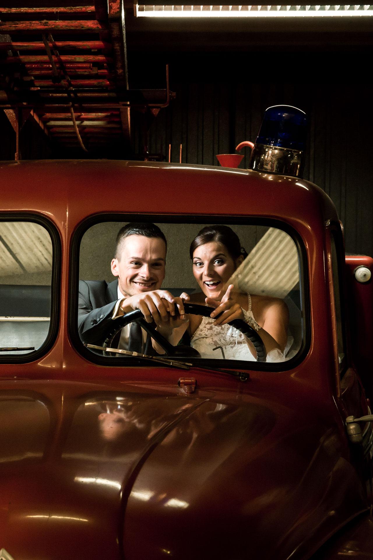 Mariage de Mallorye et Nicolas. Photo de couple dans voiture de pompier