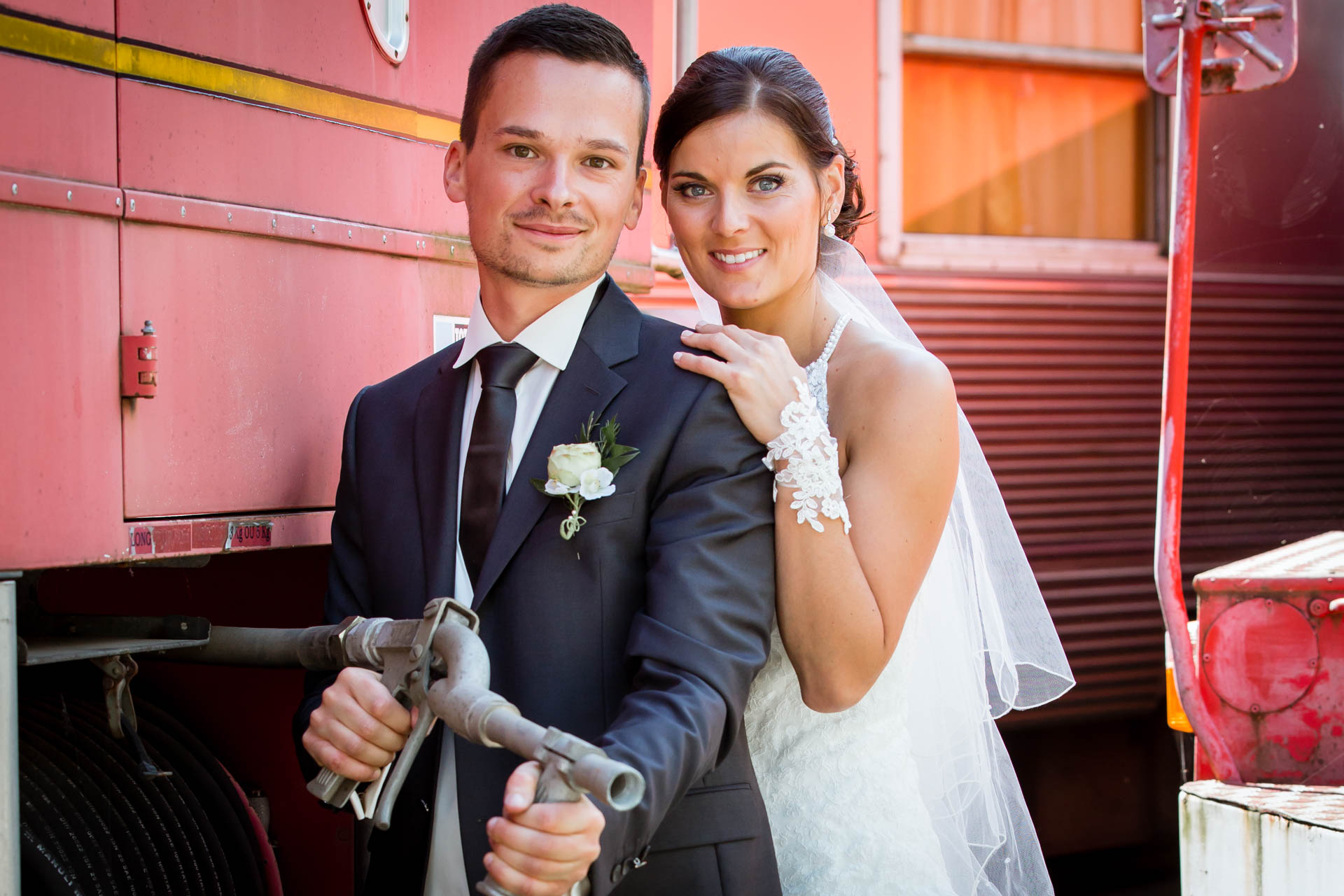 Mariage de Mallorye et Nicolas. Photo de couple au musee des sapeurs pompiers a Gex