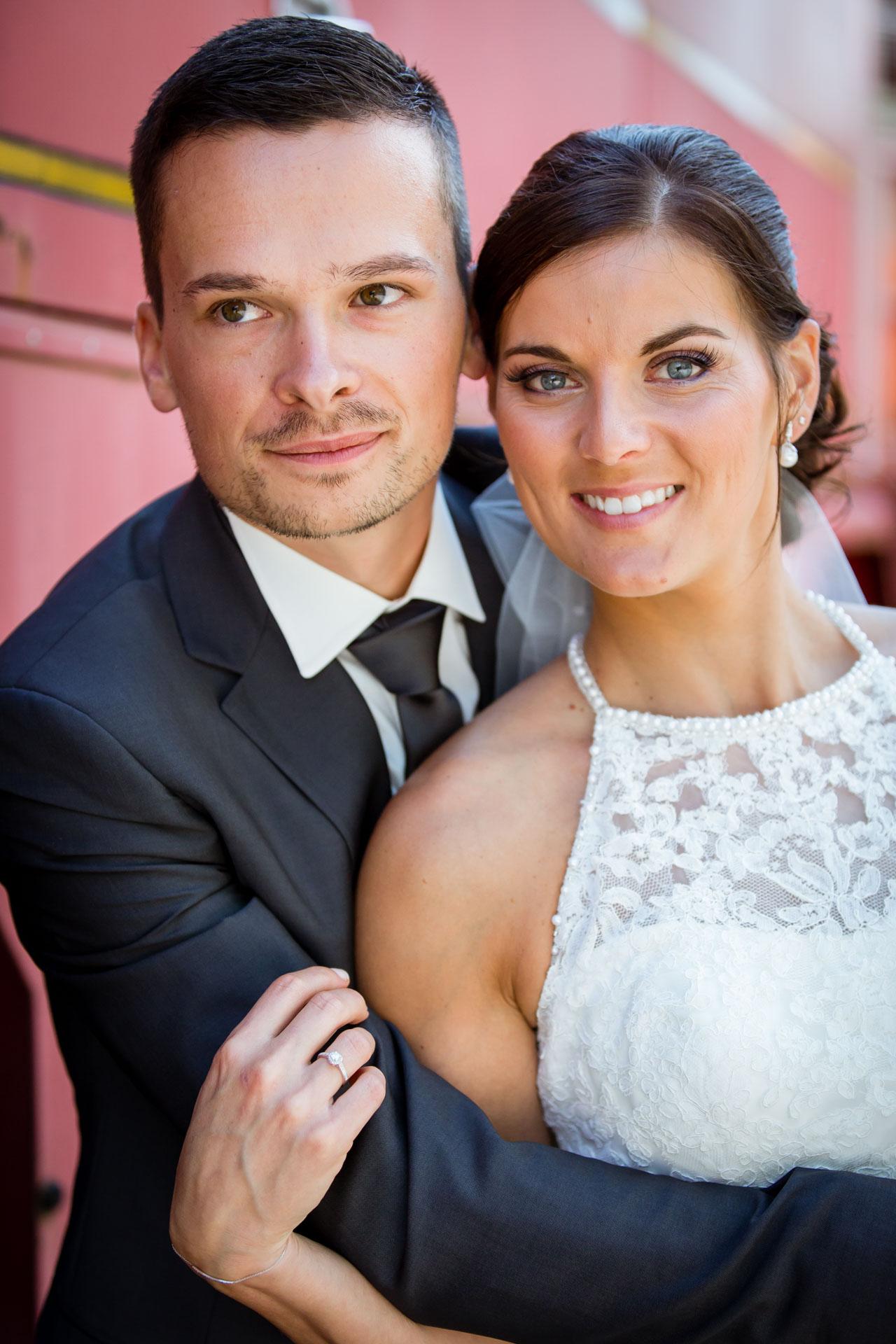 Mariage de Mallorye et Nicolas. Photo de couple en plan serre au musee des sapeurs pompiers a Gex