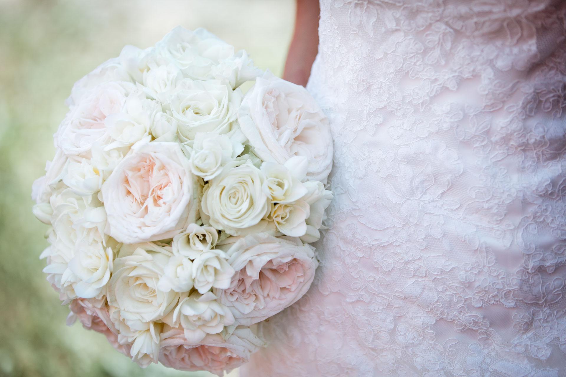 Mariage de Mallorye et Nicolas. Bouquet de la mariee au musee des sapeurs pompiers a Gex