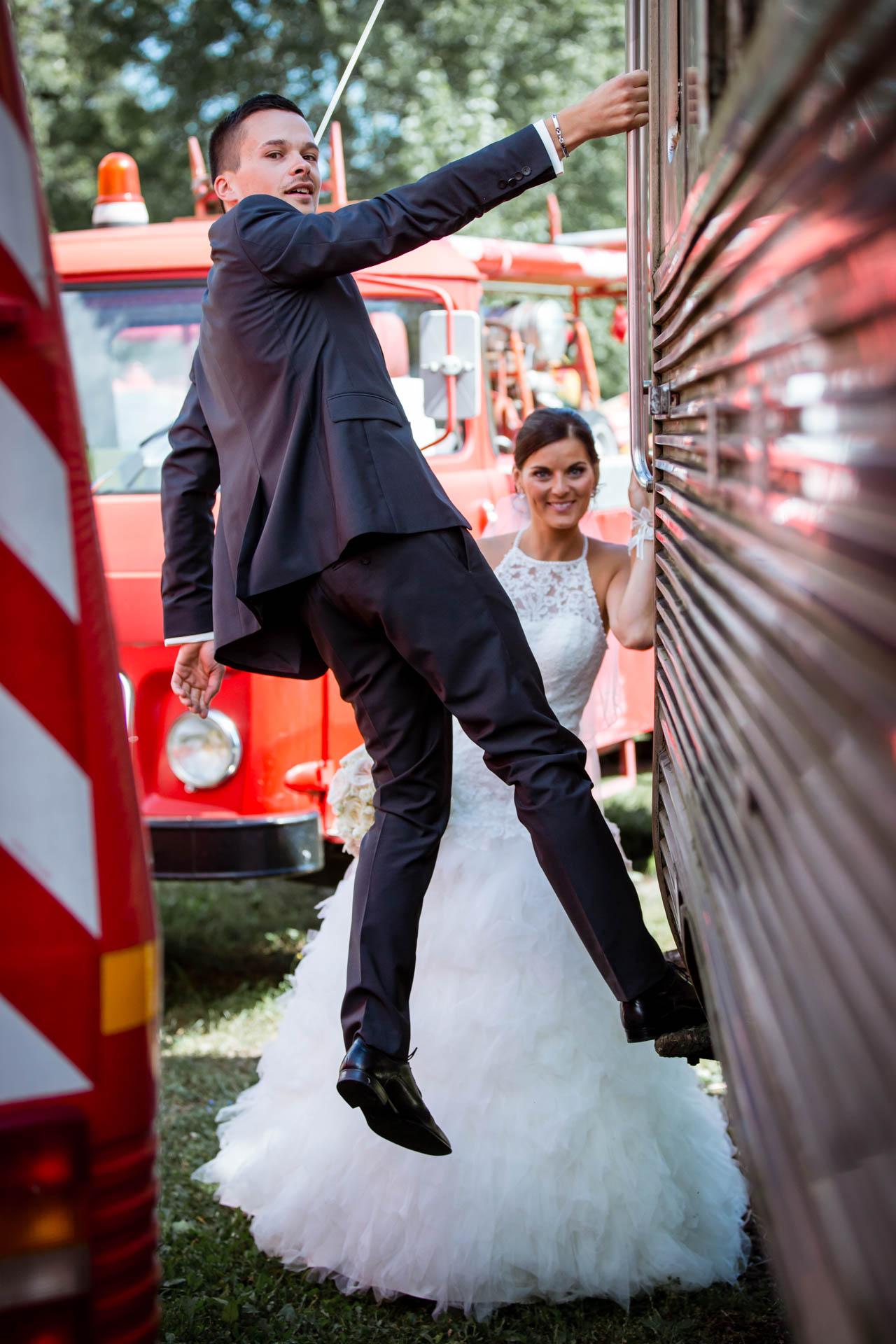 Mariage de Mallorye et Nicolas. Photo de couple devant un wagon au musee des sapeurs pompiers a Gex