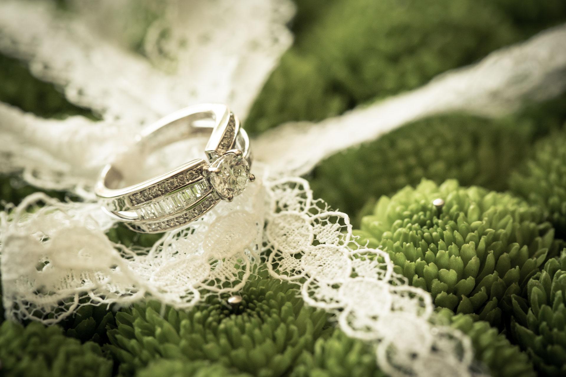 Mariage de Mallorye et Nicolas. Photo des alliance avec creation Arome Fleuriste