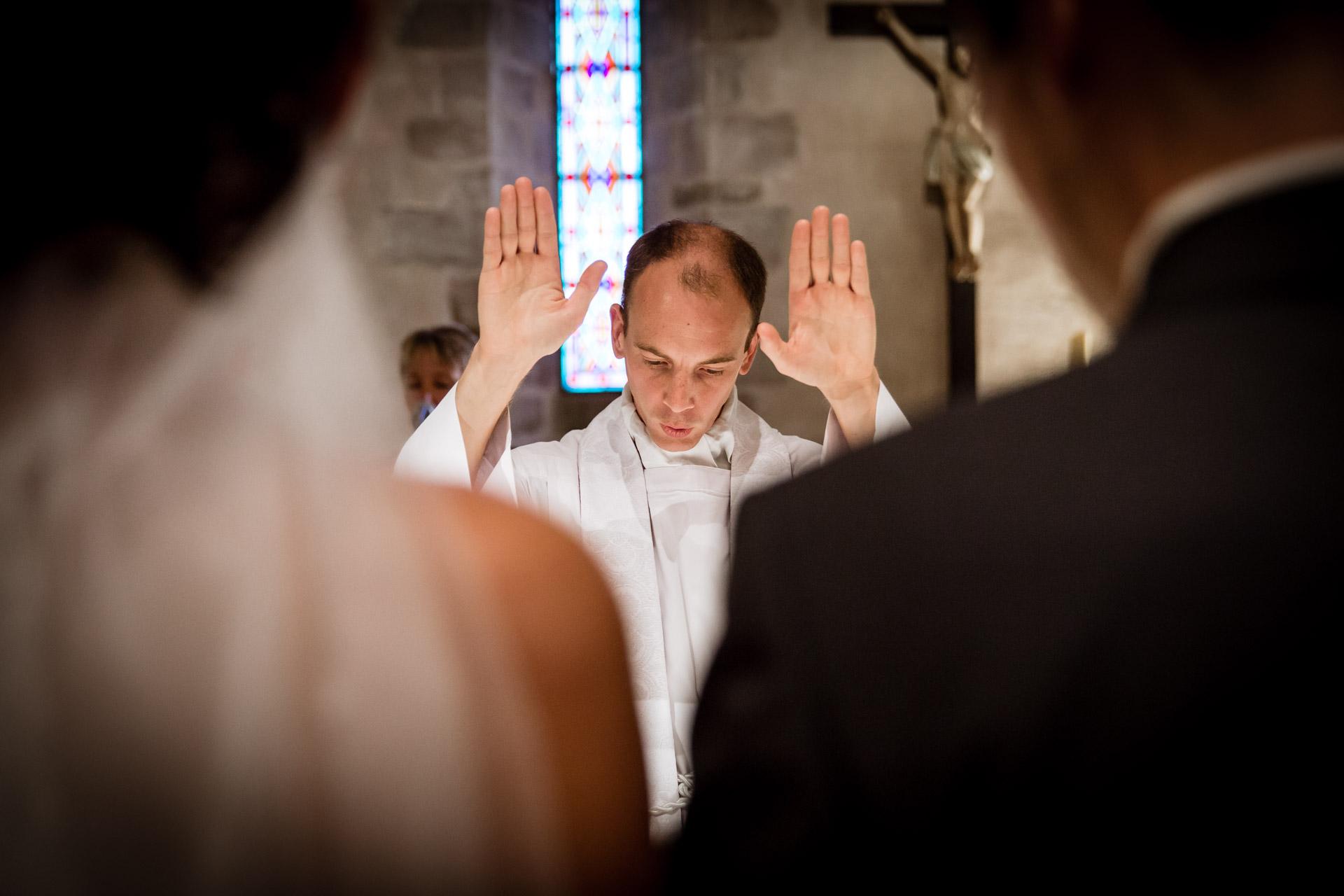 Mariage de Mallorye et Nicolas. Prete officiant a l'eglise de Cessy