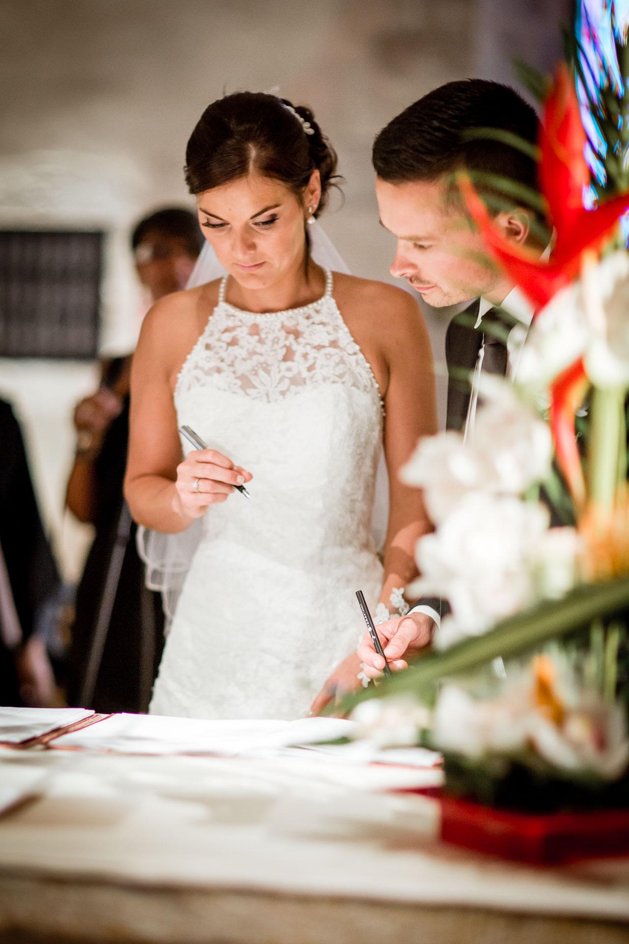 Mariage de Mallorye et Nicolas. Couple signant les registres a l'eglise de Cessy