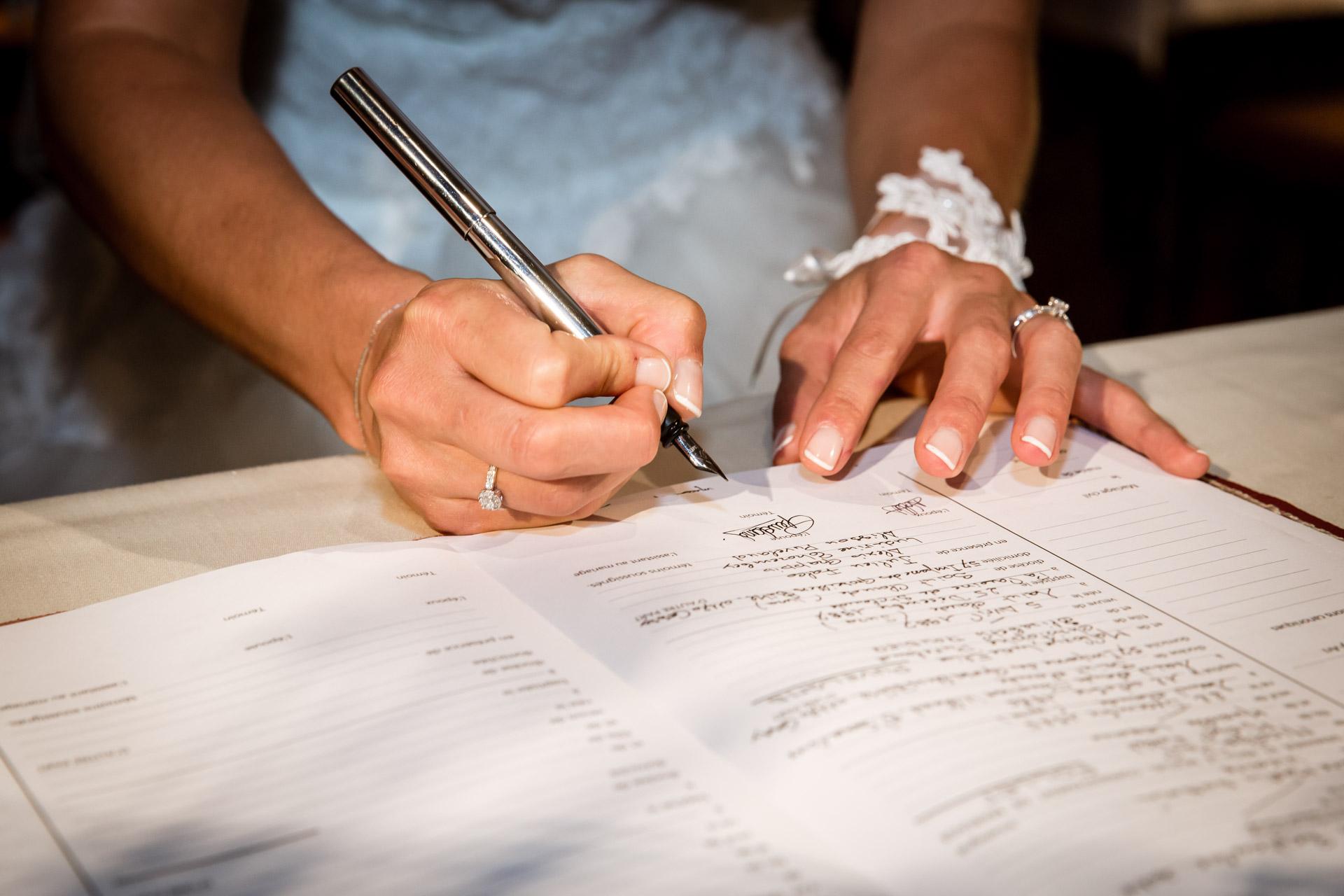 Mariage de Mallorye et Nicolas. Signature des registres gros plan a l'eglise de Cessy