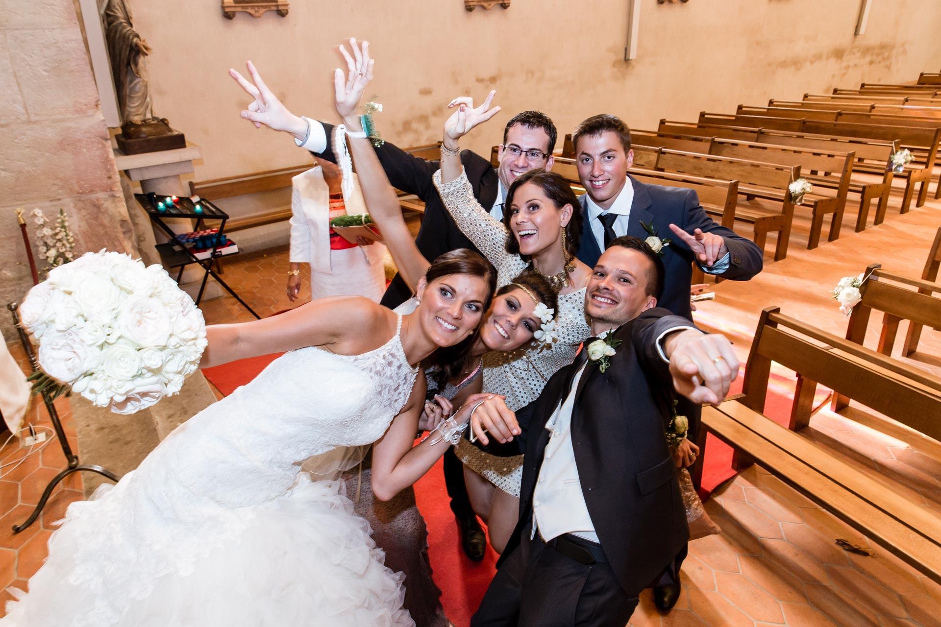 Mariage de Mallorye et Nicolas. Ambiance Selfie a l'eglise de Cessy