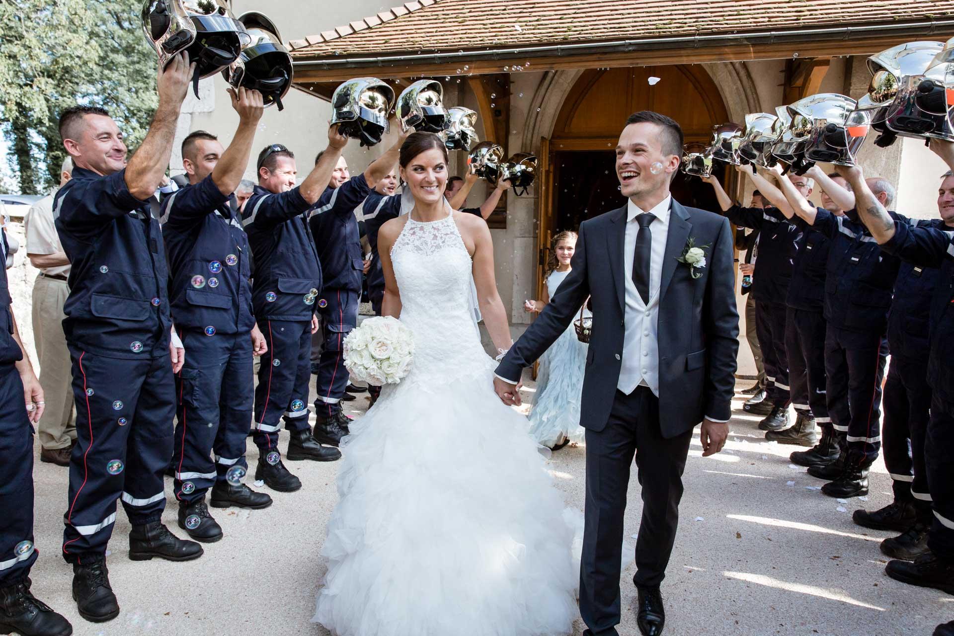 Mariage de Mallorye et Nicolas. Sortie en couple de l'eglise de Cessy