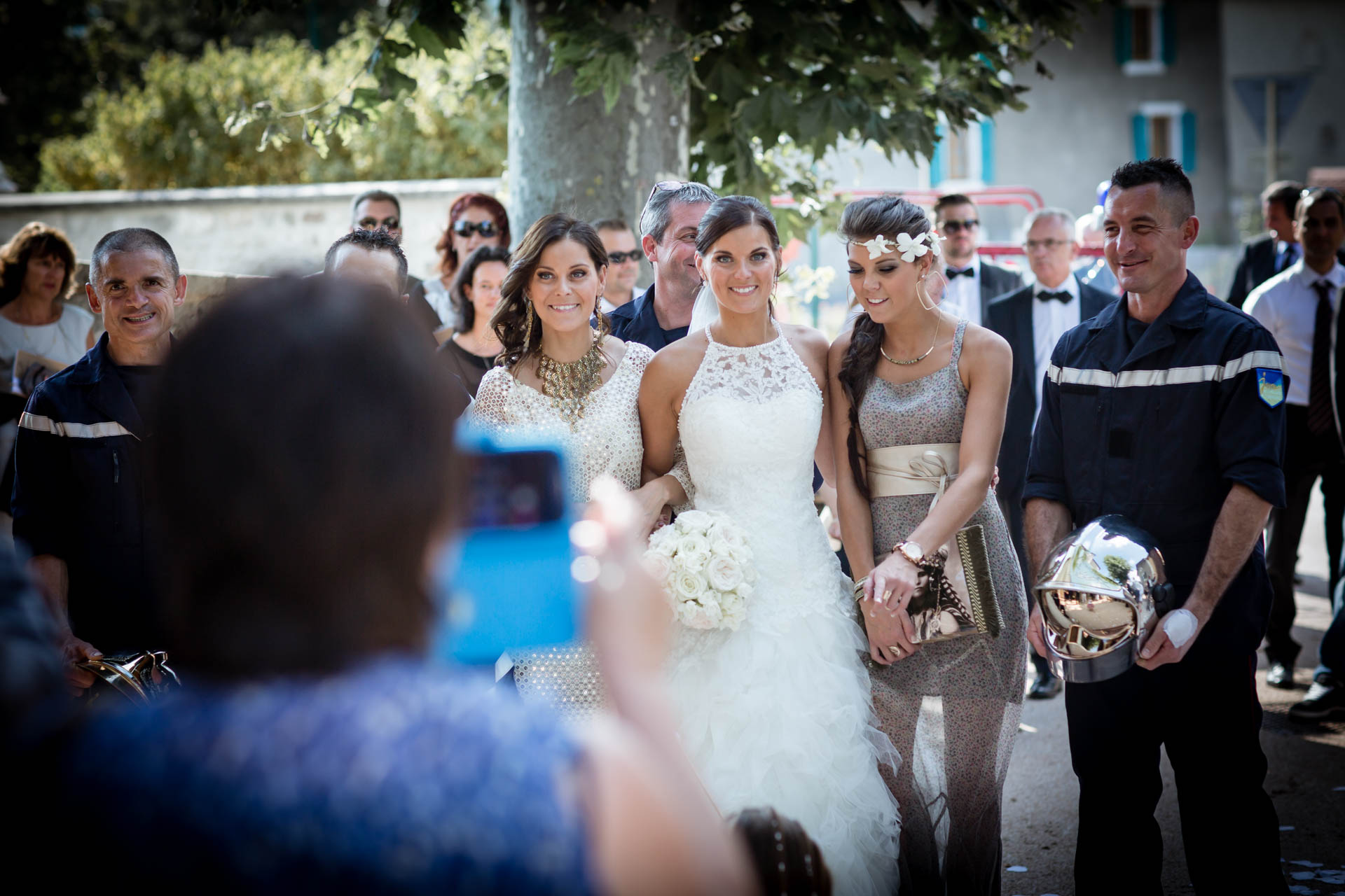 Mariage de Mallorye et Nicolas. Photo de groupe a la sortie de l'eglise de Cessy