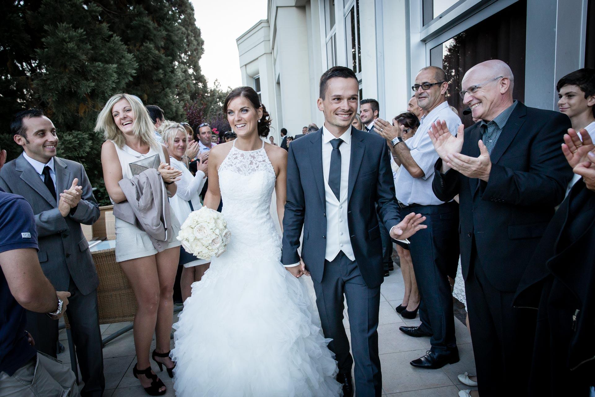 Mariage de Mallorye et Nicolas. Couple arrivant au vin d'honneur au Domaine de DIvonne