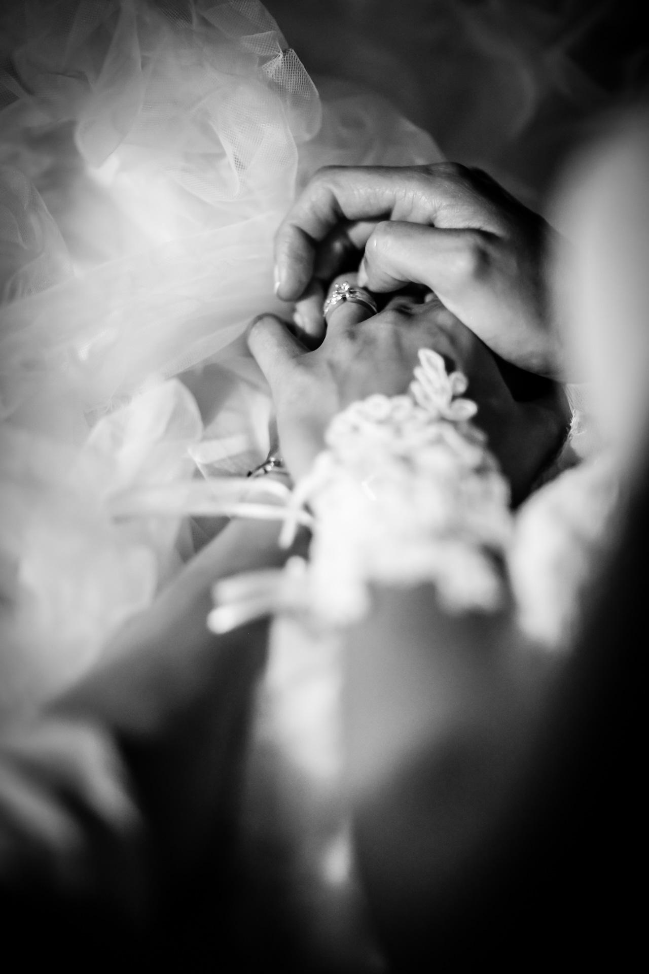 Mariage de Mallorye et Nicolas. Mains des maries pendant la soiree au Domaine de Divonne