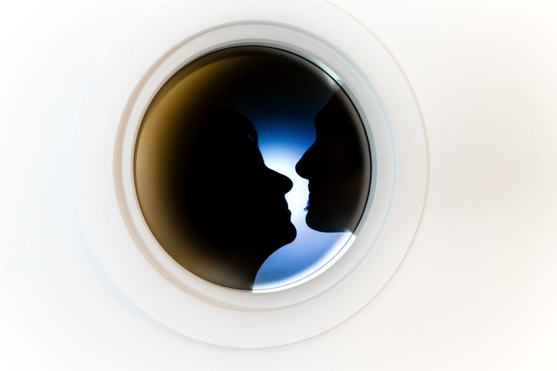 photo de couple creative avec hublot de salle de bain