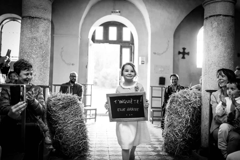 entree des maries avec panneau des enfants Mariage Laique Besançon